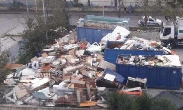 """Melito. Caos all'isola ecologica di Via Madrid, blocchi al traffico: """"E' diventata una discarica a cielo aperto""""."""