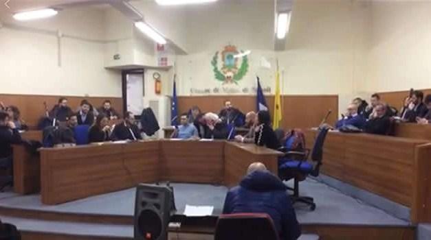 Melito, dopo il dissesto finanziario il consiglio vota l'aumento dei tributi