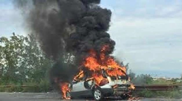 Auto in fiamme sull'Asse Mediano