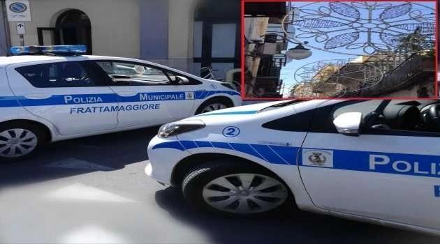 Frattamaggiore. Luminarie abusive bloccate dall'intervento della polizia locale, denunciate diverse persone