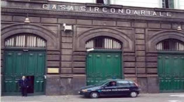 Napoli, si aprono le porte di Poggioreale, detenuto scappa