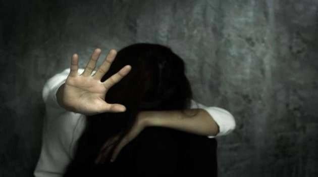 Dirigente scolastico denuncia un abuso domestico.