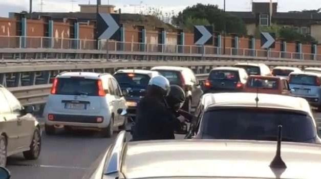 Rapinano un uomo nel traffico. Arrestato uno dei malviventi
