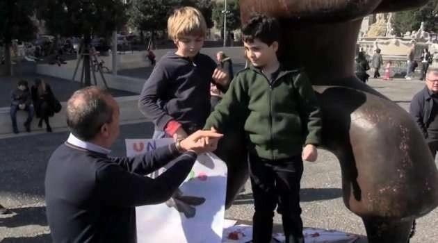 """La manifestazione dei bambini per promuovere il progetto plastic free: """"Dimostrate che si può vivere senza plastica"""""""
