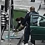 Coronavirus. Porta la panca in strada e si allena sul ciglio del marciapiede (VIDEO)