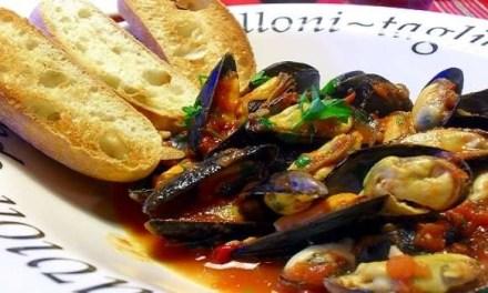 Assalto alle pescherie. Il Covid-19 non ferma la tradizione della zuppa di cozze