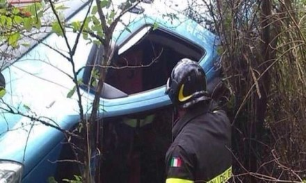 Auto precipita dal guard rail dopo un incidente