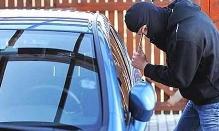 Va a trovare il suo fidanzato ma quando torna alla sua auto ne trova solo la carcassa