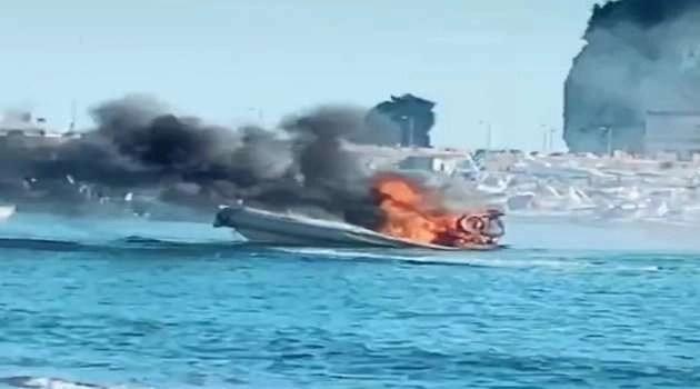 Gommone prende fuoco a Nisida: fiamme e grosso nuvolone nero invadono la zona (VIDEO)