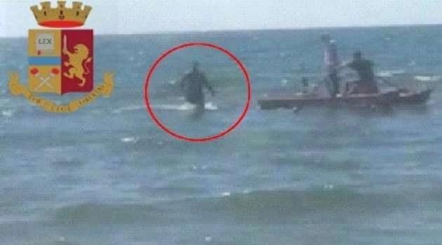 Acciuffano un latitante al mare, gli agenti lo arrestano col pattino