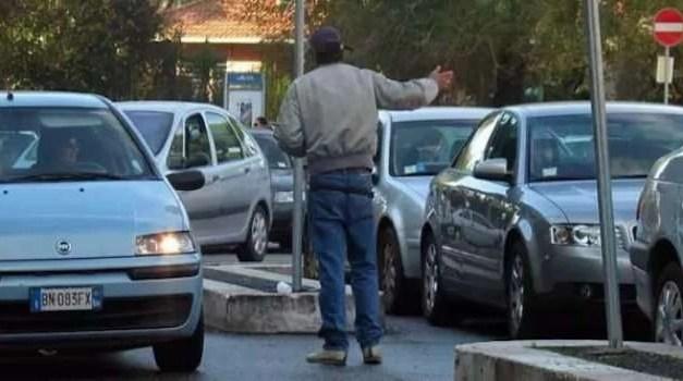 Parcheggiatore abusivo aggredisce un vigile urbano