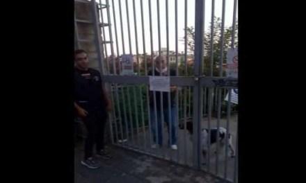 L'assurda vicenda di un 76enne, rimasto chiuso nella villa comunale insieme al suo cane