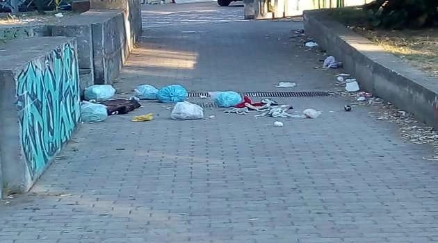 Melito. Vandali in azione: barriera di spazzatura in villa comunale