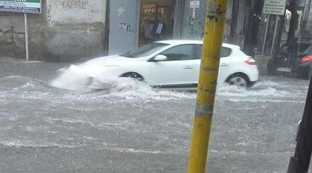 Bomba d'acqua a Casal di Principe: famiglia intrappolata in un auto