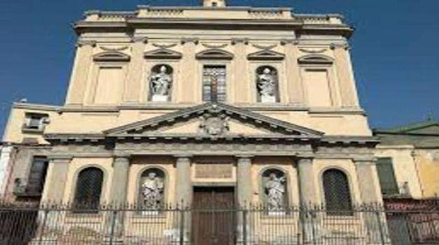Napoli, veranda con wc vicino Chiesa storica: sequestrata