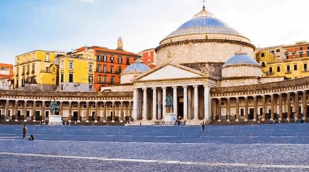 Cronaca, Napoli. Atti osceni in luogo pubblico