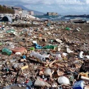 """Napoli. Il mare restituisce la """"monnezza"""""""