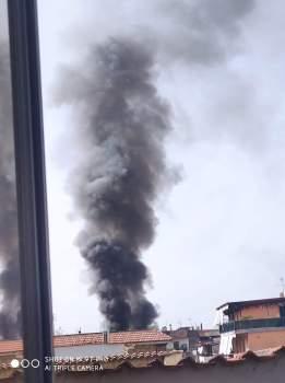Prima i boati poi una colonna di fumo nero. Grosso incendio nel frattese