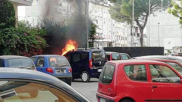 Melito. Auto in fiamme a via Berlino