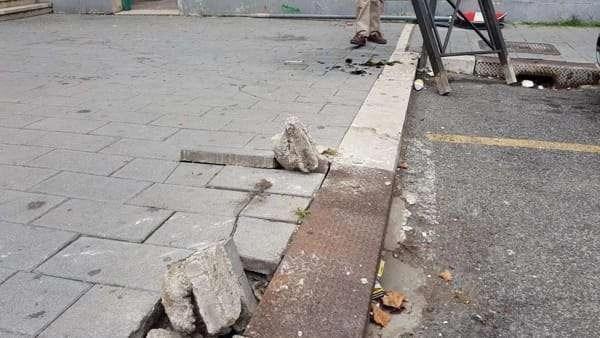 Cade dal marciapiede dissestato: chiede il risarcimento al comune