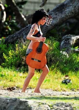 amy-winehouse-chitarra-5