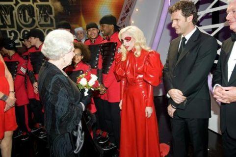Lady GaGa e la regina Elisabetta 6