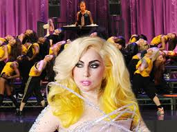 Lady Gaga scivola ancora sul palco, il video