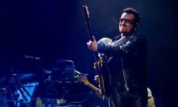 U2 - Bono con chitarra