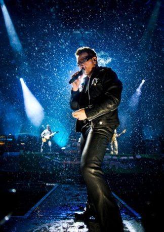 Bono canta sotto la pioggia