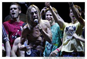 Iggy Pop con i fan sul palco