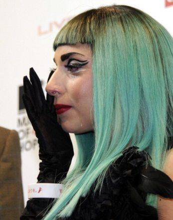 Lady Gaga si commuove