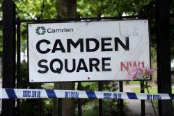 Un omaggio floreale sul cartello Camden Square