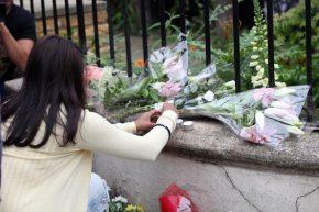 Fan lasciano fiori sul muretto della dimora di Amy Winehouse
