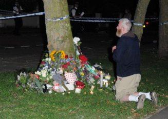 Un fan prega per Amy Winehouse