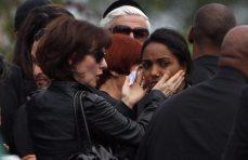 Amici e familiari di Amy al cimitero
