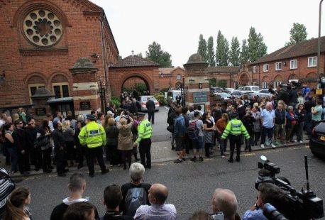 Attesa al Golders Green per la cremazione del corpo di Amy Winehouse