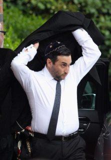 Alex Winehouse arriva al Golders Green Crematorium