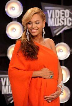 Beyoncé esibisce la sua gravidanza