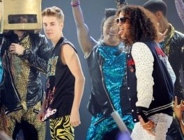 Justin Bieber sul palco con gli LMFAO | © Kevork Djansezian/Getty Images