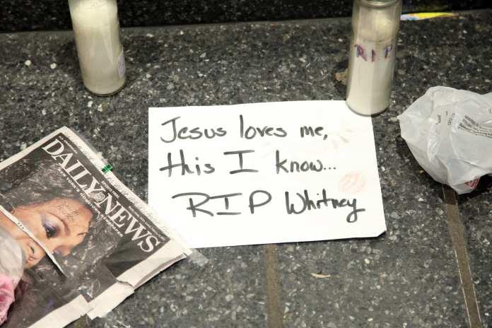 Whitney Houston, l'omaggio di Andrea Bocelli e Celine Dion