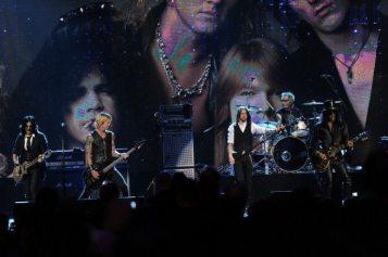 Myles Kennedy con Duff McKagan e Slash sul palco   © Michael Loccisano/Getty Images
