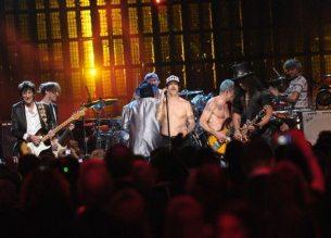 Ron Wood, Flea, Chad Smith, Josh Klinghoffer, Anthony Kiedis e Slash sul palco | © Michael Loccisano/Getty Images
