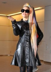 Lady Gaga in posa all'arrivo in Giappone