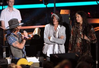 Steven Tyler e Joe Perry premiano Johnny Depp | © Kevin Winter/Getty Images