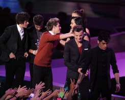 Katy Perry premia gli One Direction agli MTV VMA 2012 | © Kevin Winter/Getty Images