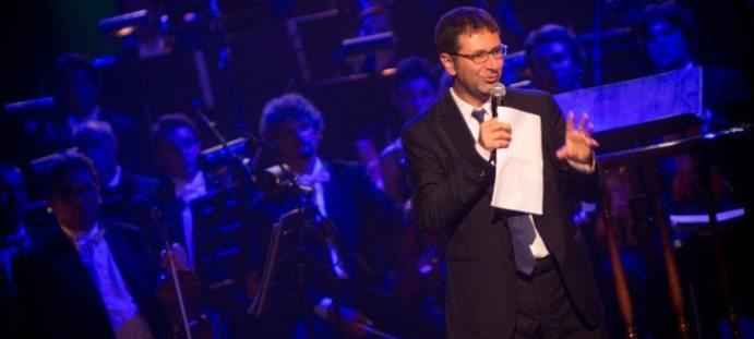 Fabio Fazio saluta la platea | © NAPHTALINA - FONDAZIONE PAVAROTTI