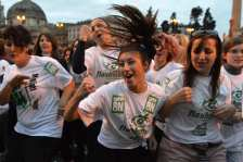 """La gente balla sulle note del """"Gangnam Style"""""""