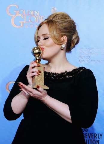 Adele bacia il suo premio   © Kevin Winter/Getty Images