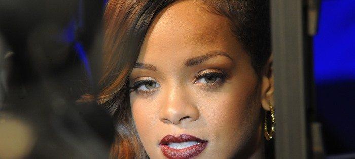 """Rihanna colpita da una laringite. Stop al """"Diamonds World Tour 2013"""""""