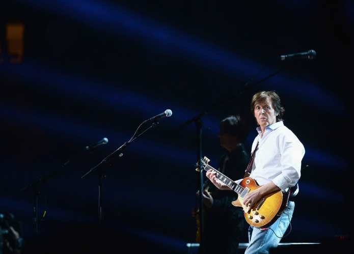 Paul McCartney, cavallette invadono il palco durante il concerto
